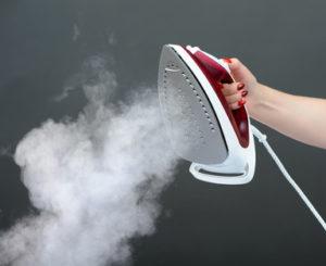 Dampfbügeleisen mit Dampfausstoß